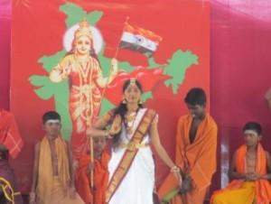 Fille devant tableau Inde