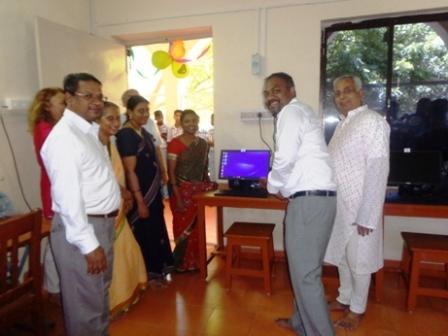 Inauguration computer lab devant l'ecran compressé